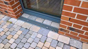 2-schalige Bauweise mit Tür und Rinne